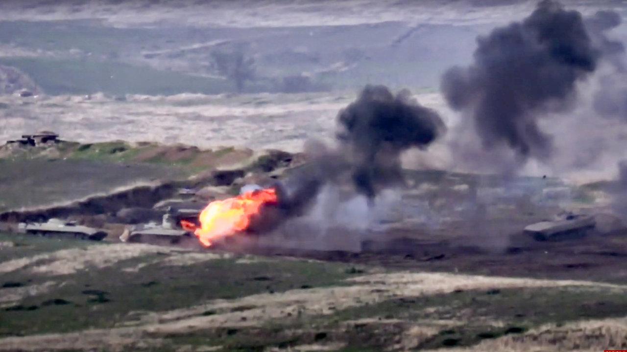 Záběry zveřejněné arménským ministerstvem obrany. Arménská armáda na snímcích ničí ázerbájdžánské tanky na kontaktní linii samozvané Ázerbájdžánské republiky Náhorní Karabach.