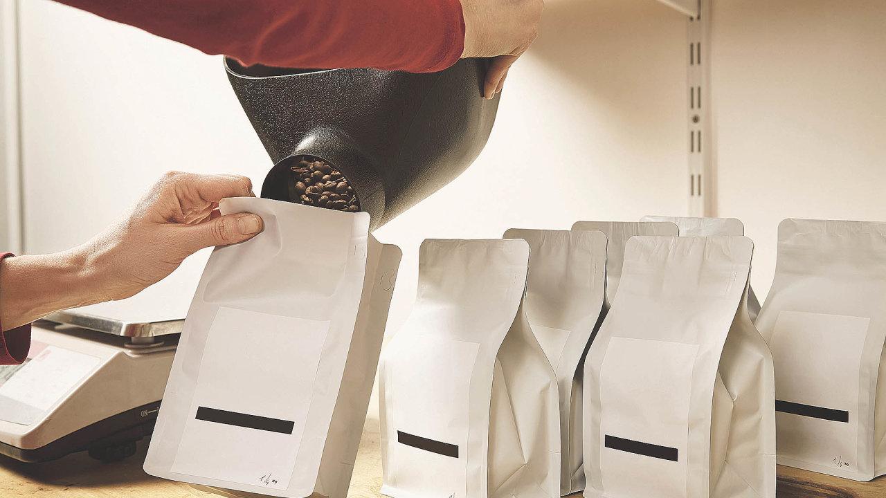 Plně kompostovatelné sáčky mohou být vyrobené zpřírodních polymerů, tedy zcelulózy, kukuřičného škrobu apapíru. Káva vnich ale vydrží kratší dobu anáklady napořízení jsou vyšší.
