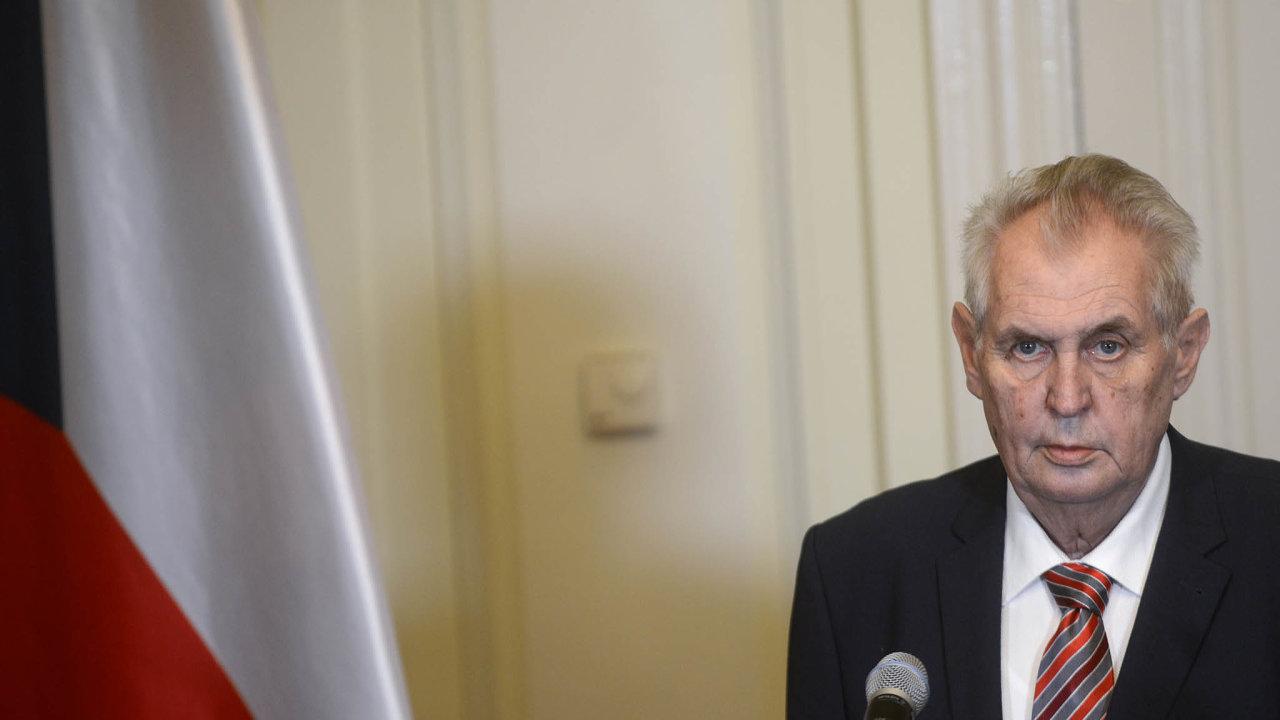 Prezident Miloš Zeman ocenění vybraným osobnostem udělí, předá jim je ale kvůli epidemii nemoci covid-19 až příští rok.