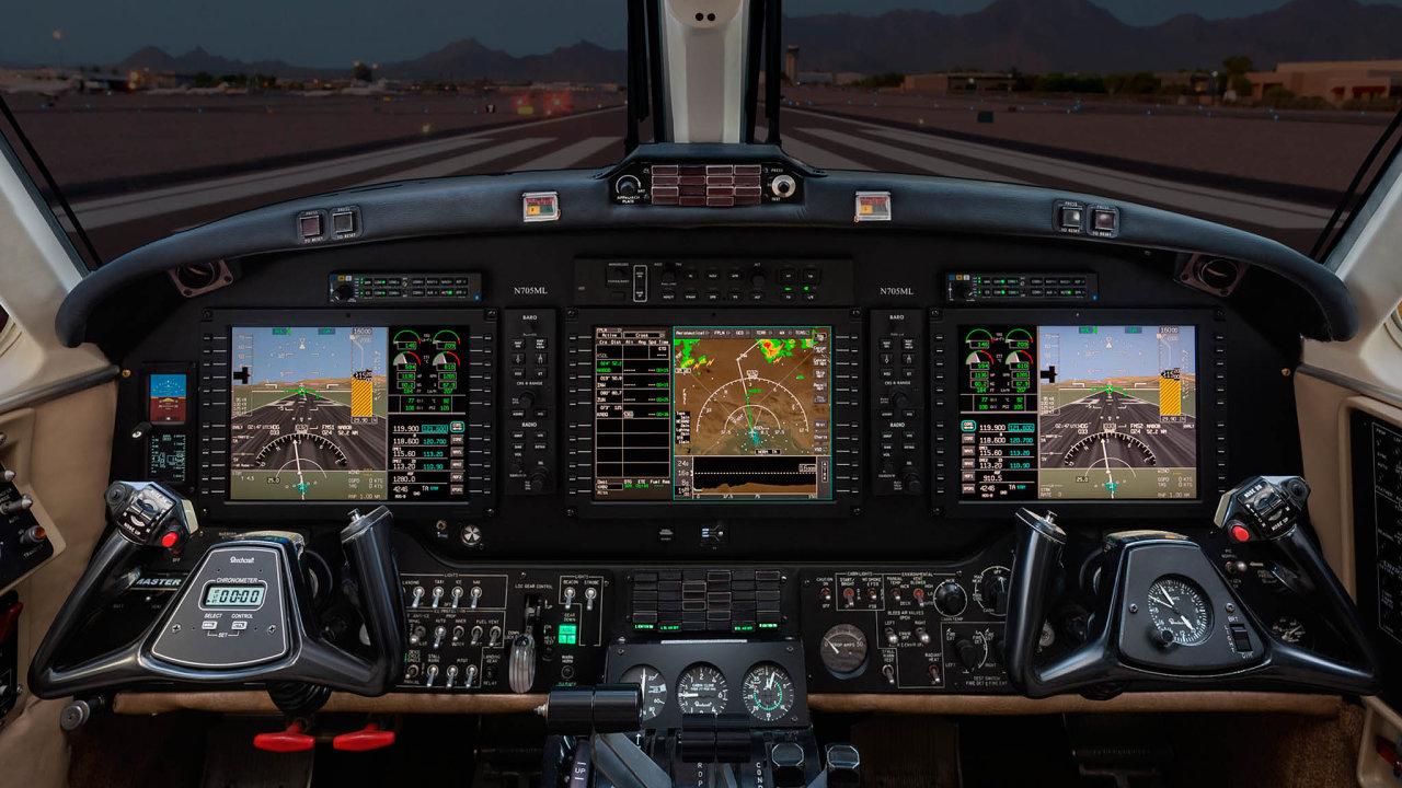 Nový autopilot firmy Honeywell, na jehož vývoji se podíleli vědci z pražského ČVUT, je vůbec prvním zařízením tohoto druhu pro menší letouny, které lze ovládat zapomoci dotykového displeje.