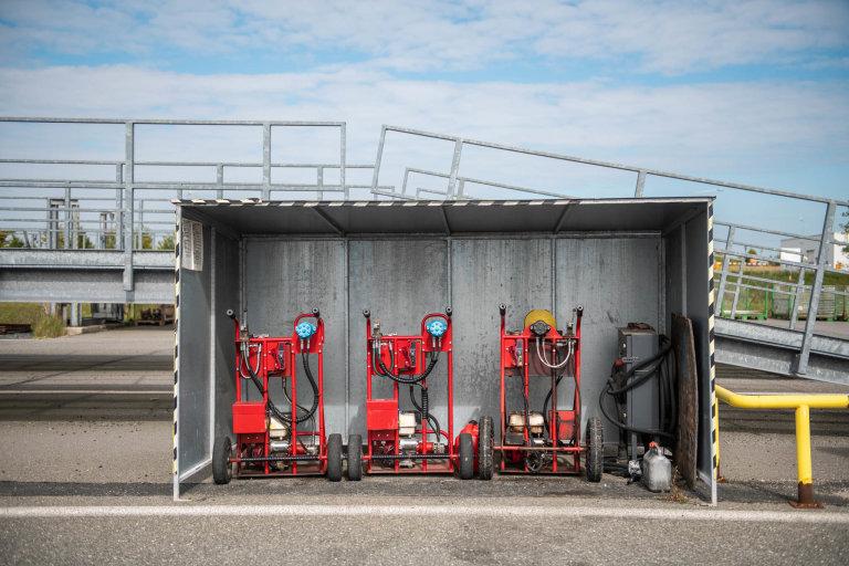 """Dobíjecí stanic pro případ """"vybitých baterek"""" uskladněných vozů."""