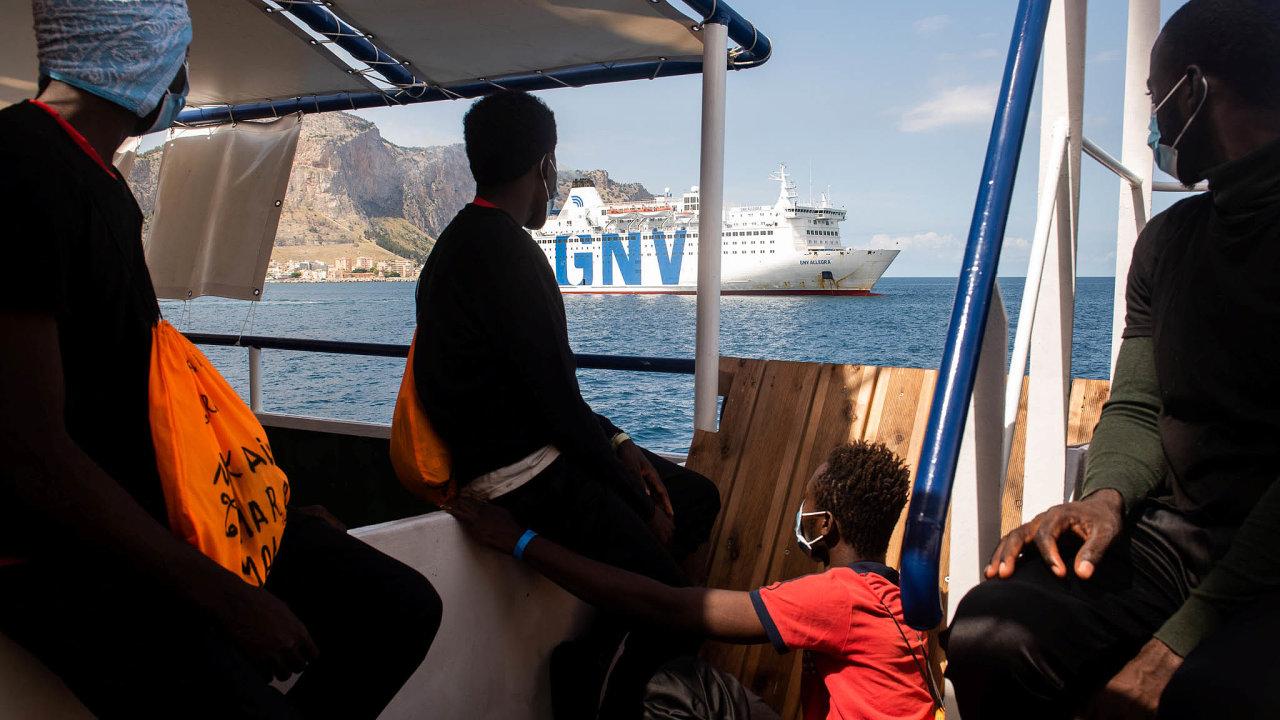 Migranti na lodi poblíž sicilského Palerma.