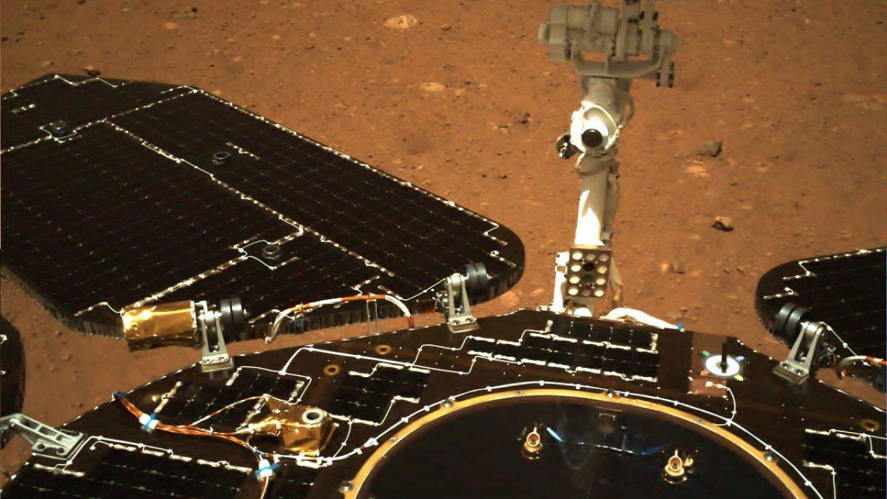 Fotografie Marsu pořízená z čínského robotického vozítka Ču-žung.