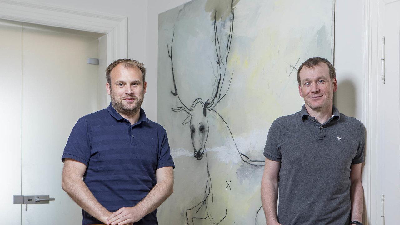 Jan Barta aDušan Šenkypl (vpravo) říkají, že peníze nasvých kontech nepočítají. Spíš přemýšlejí, komu by byly prospěšné.