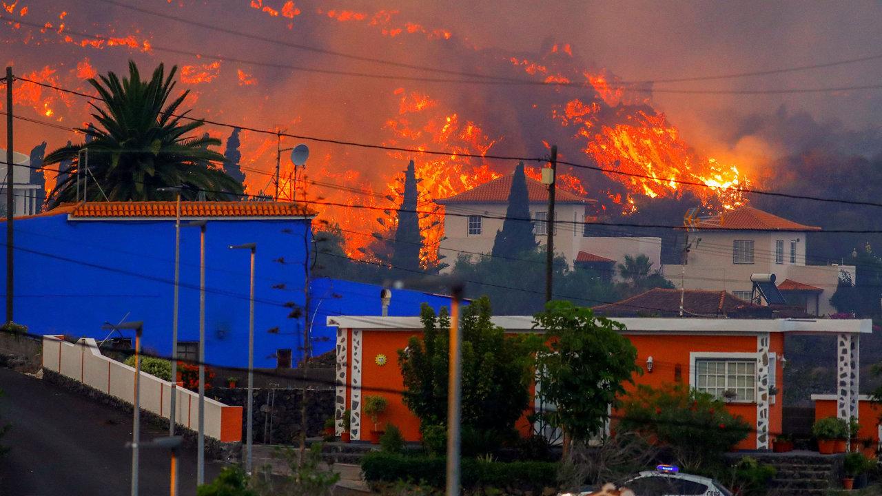 Žhavá láva dostihuje domy po výbuchu sopky v národním parku Cumbre Vieja v Los Llanos de Aridane, na kanárském ostrově La Palma.