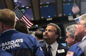 Americké akcie posílily, smazaly velkou část pondělních ztrát.