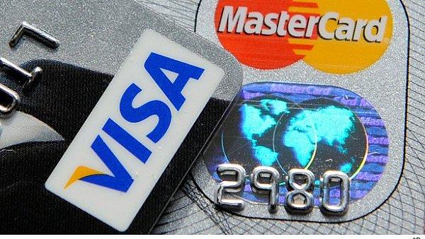 České zákony dosud obchodníkům umožňovaly, aby lidem naúčtovali příplatek za platbu kartou - Ilustrační foto.