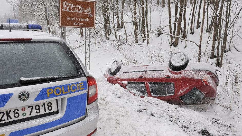 Kvůli hustému sněžení došlo během víkendu k desítkám nehod.
