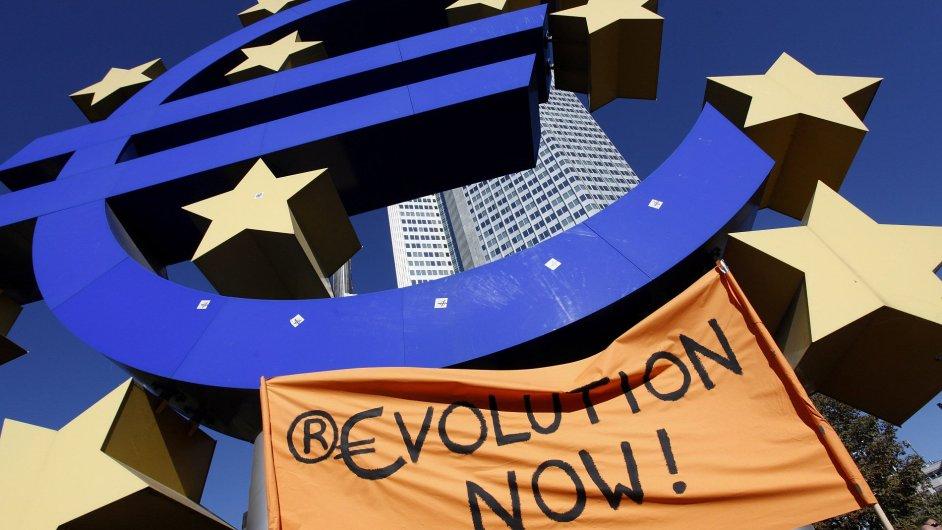 Ilustrační foto - Banka, sídlo ECB, protestní transparent
