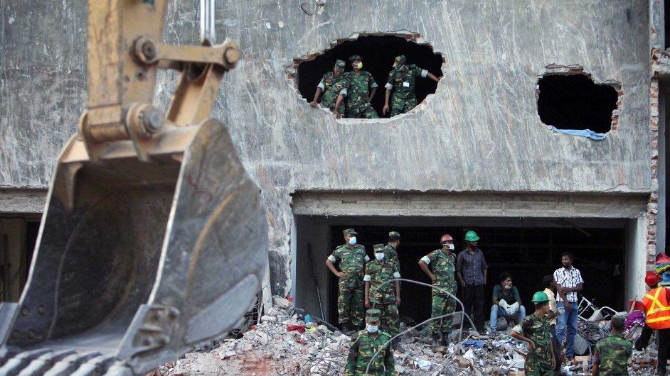 Odklízení trosek zřícené budovy v Dháce končí.