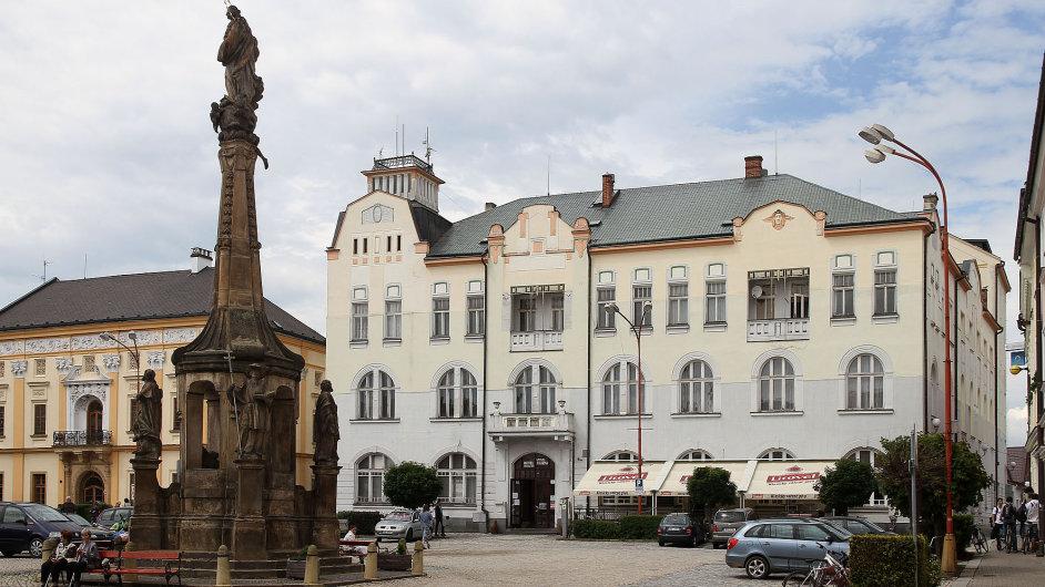 Historická secesní budova Záložny (vpravo) sloužila dříve jako hostinec a peněžní ústav.