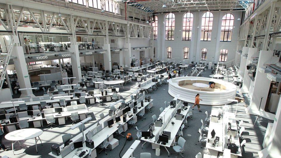Nový, supermoderní newsroom v Karlíně čeká na první novináře. Pracovníci IT musí zajistit, aby technika klapala hned první den na 100 procent