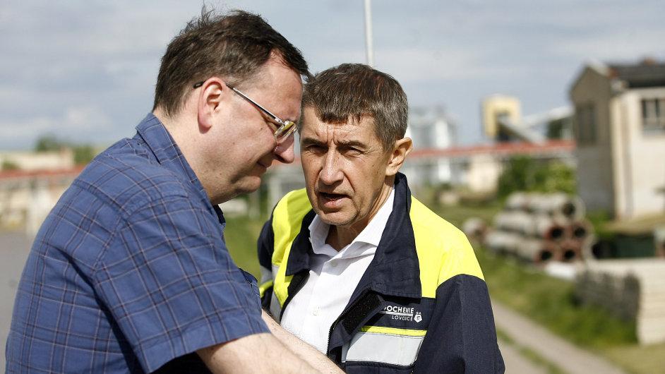 Premiér Petr Nečas a podnikatel Andrej Babiš během obhlídky v areálu továrny Lovochemie.