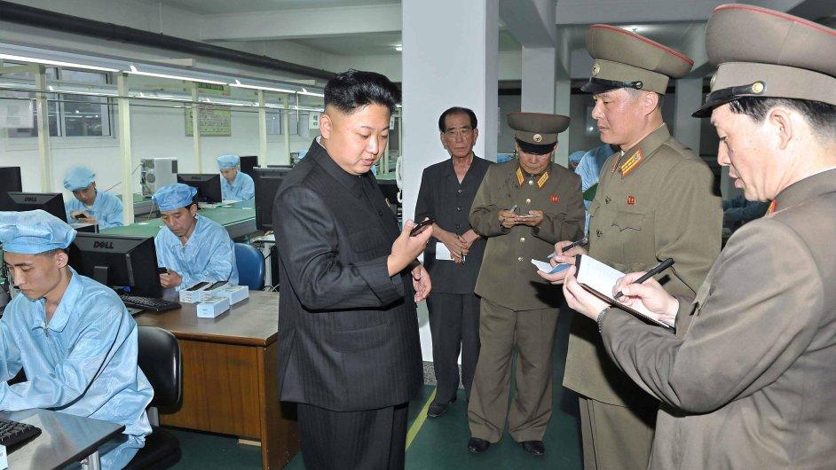 Kim Čong-un na návštěvě závodu, kde se vyrábějí severokorejské mobilní telefony Arirang