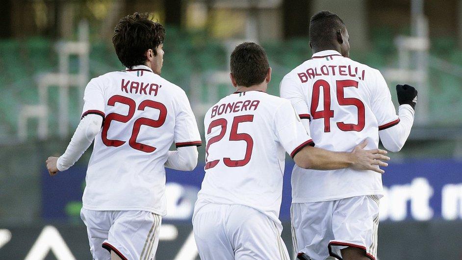 Mario Balotelli (vpravo) slaví gól do sítě Cagliari. Gratulují spoluhráči Kaká a Bonera.