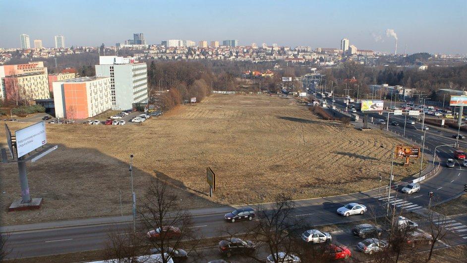 Nejcennější pozemky, které Bečvářovi dědicové odstátu získali, leží vpražské Krči naproti Thomayerově nemocnici. Idíky plánované trase metra může jejich tržní cena dosáhnout 1,4miliardy korun.