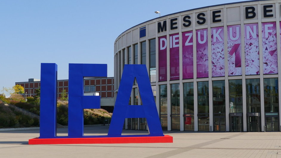 Logo IFA před výstavištěm Messe Berlin