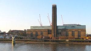 Tate Modern od roku 2000 s�dl� v b�val� tov�rn� budov�.