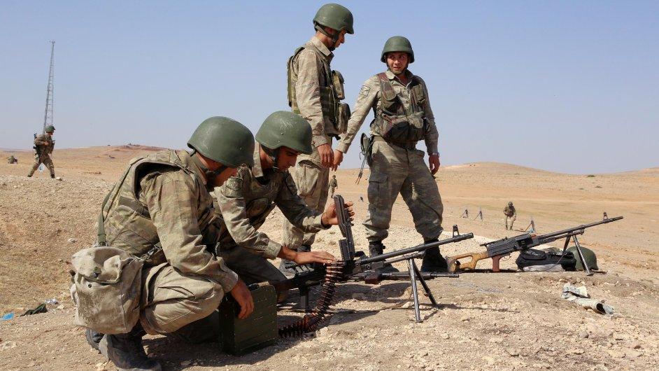 Turečtí vojáci připravení na střet s radikály z Islámského státu pár set metrů od syrských hranic.