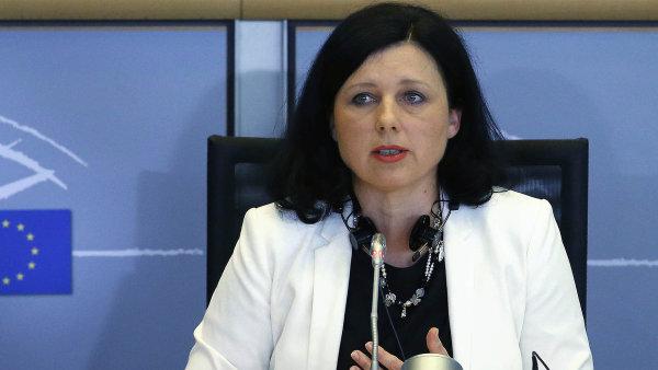 Evropská komisařka Věra Jourová tvrdí, že o peníze z Junckerova balíčku mají zájem zatím čtyři projekty z Česka.