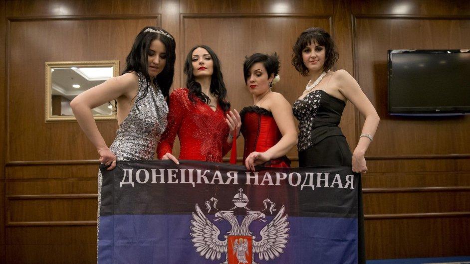 Ženské bojovnice na straně proruských separatistů v Doněcku se utkaly v soutěži o královnu krásy.