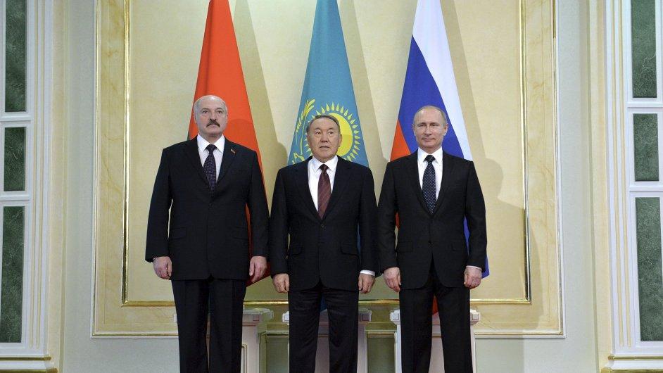 Ruský prezident Putin (vpravo) navrhl kazašskému a běloruskému prezidentovi vznik měnové unie.