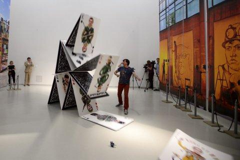 Snímky ze zahájení výstavy Izolyatsia v pražském DOXu