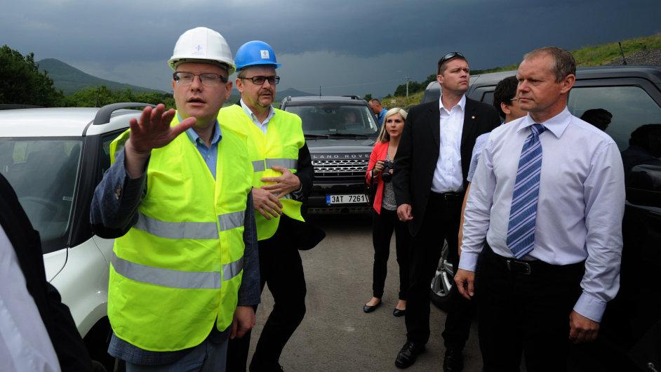 Premiér Bohuslav Sobotka (vlevo), ministr dopravy Dan Ťok (druhý zleva) a generální ředitel Ředitelství silnic a dálnic Jan Kroupa navštívili místo sesuvu půdy na dálnici D8 u Litochovic.