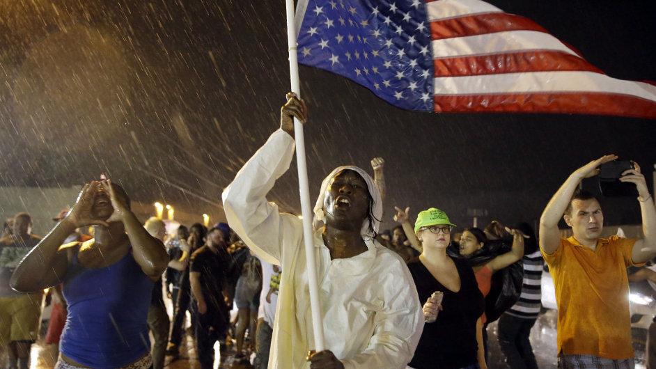 Protesty v americkém Fergusonu, kde před rokem policista zastřelil neozbrojeného černošského mladíka.