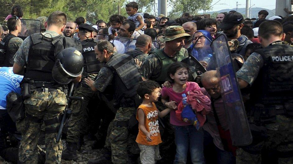 Tisíce uprchlíků prorazily jižní makedonskou hranici s Řeckem.