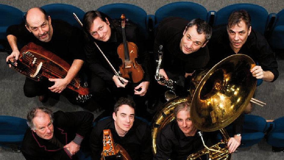 Le Grand Orchestre armorigene vede klarinetista a skladatel Michel Aumont.