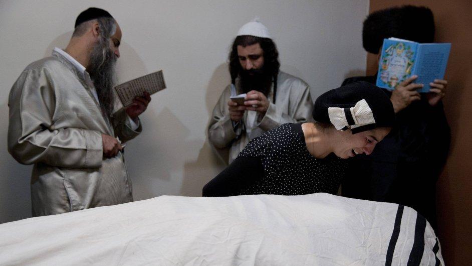 Rodina se loučí s jednadvacetiletým Aharonem Banitou, kterého před několika dny ubodal Palestinec na ulici.