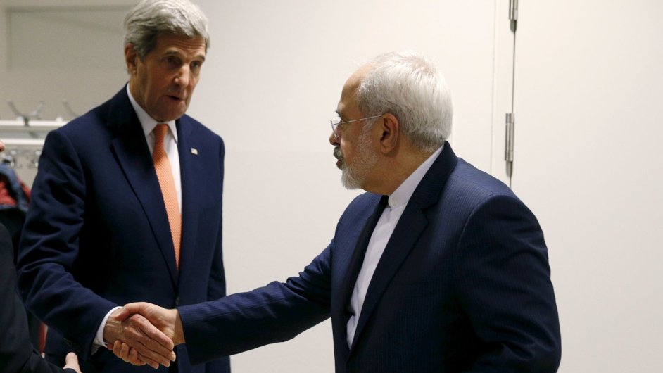 Americký ministr zahraničí John Kerry si třese rukou s íránským ministrem zahraničí Mohammadem Džavádem Zarífem.