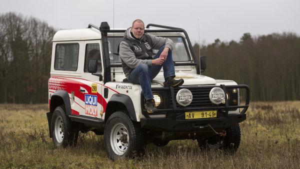 Jan Mihaliček, šéf českého Defender Clubu, a jeho vůz.