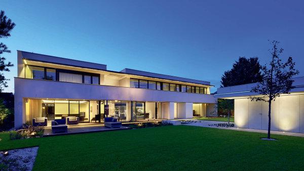 Původní dům zpočátku 90. let nahradila minimalistická vila svelkorysou, ale velmi důmyslně rozvrženou proporcí.