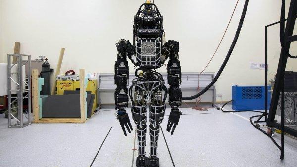 Robot Atlas vyvinut� spole�nost� Boston Dynamics ze skupiny Alphabet.