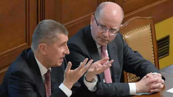 Ministr financí Andrej Babiš a premiér Bohuslav Sobotka ve sněmovně.