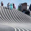 Park v Kodani od Martina Reina Cano. M� odr�et kulturn� rozmanitost sou�asn�ho m�sta. B�l� ��ry navozuj� dojem vy���ho kopce.