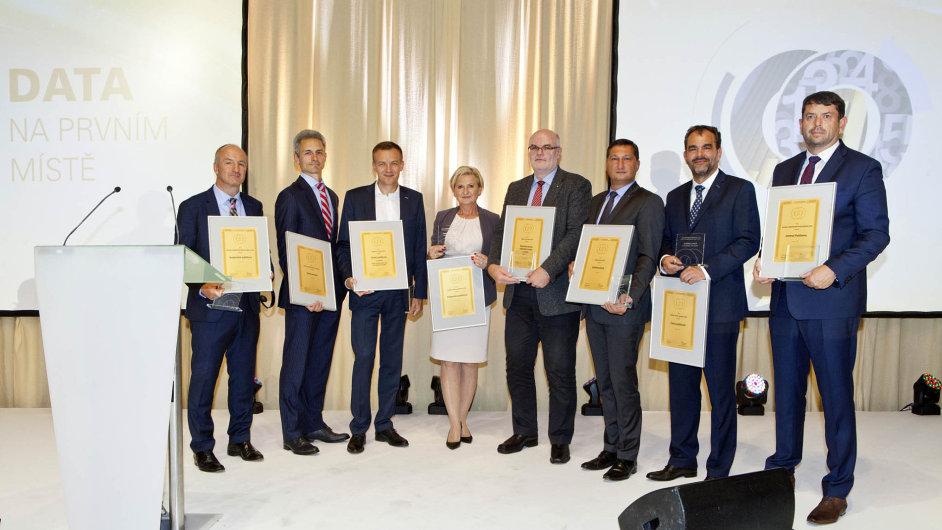 Zástupci vítězů v jednotlivých kategorií cen HN o Nejlepší banku a Nejlepší pojišťovnu s oceněním.