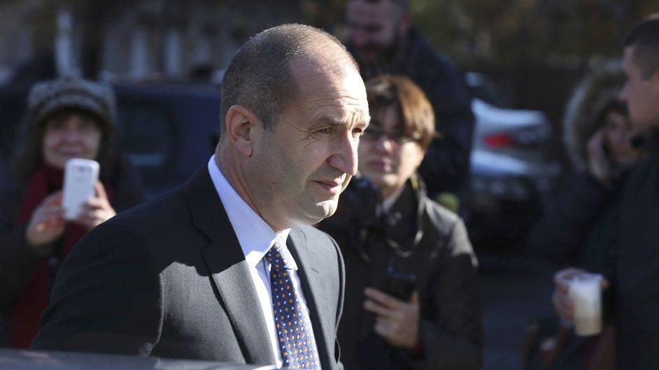 Prezidentské volby v Bulharsku nejspíše vyhrál proruský kandidát Rumen Radev.