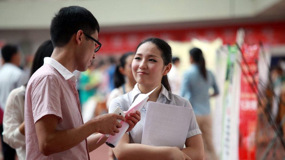 Čínští studenti na job veletrhu