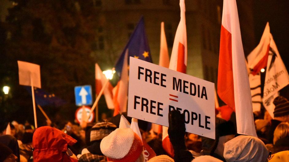 Lidé protestují před polským parlamentem.