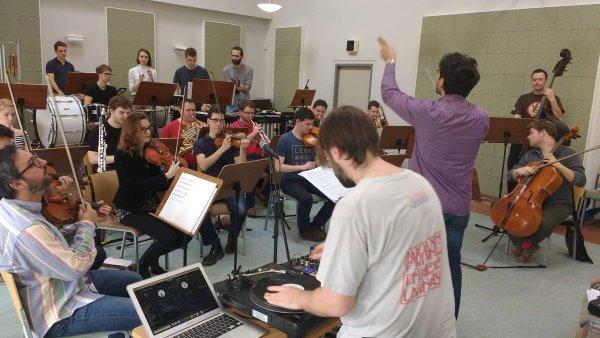 Snímek ze zkoušek Orchestru Berg na úterní koncert s dýdžejem Mr. Switchem.