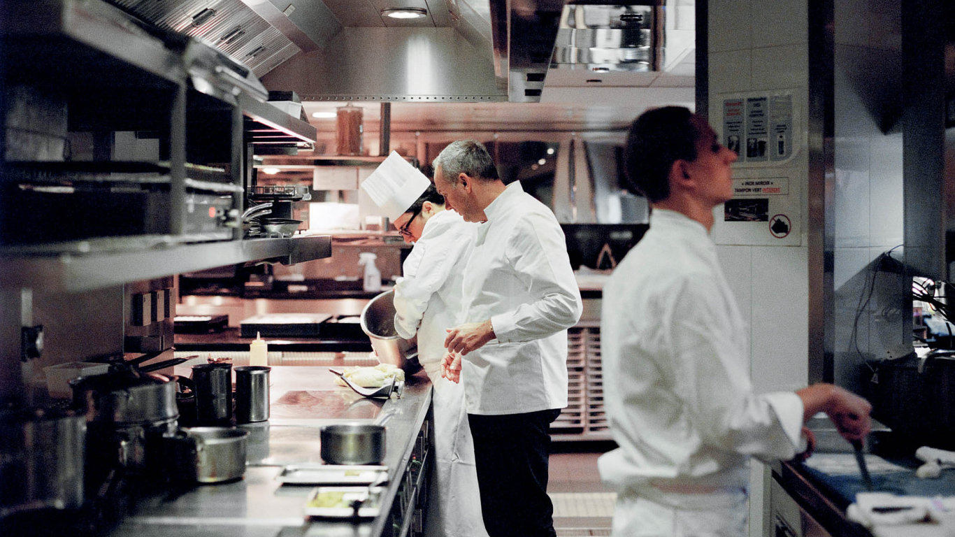 Mistři kuchaři ze tří kontinentů si spolu se sommeliéry připravili originální recepty, jejichž harmonická chuť již od prvního sousta nadchne i ty největší gurmány.