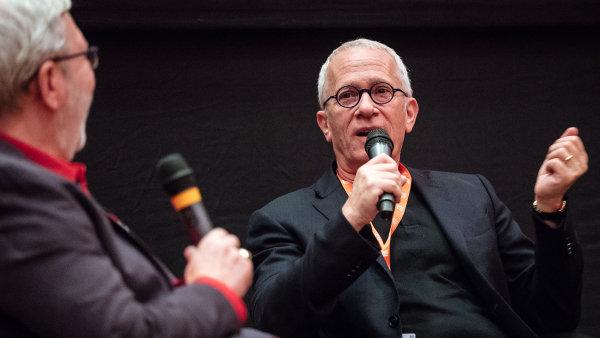 Debatu se skladatelem Howardem ve Varech moderoval americký filmový kritik a historik Leonard Maltin (zády k objektivu).
