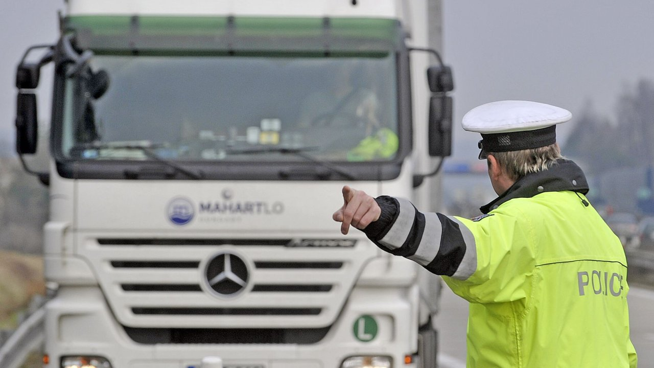 Policista zastavuje kamion