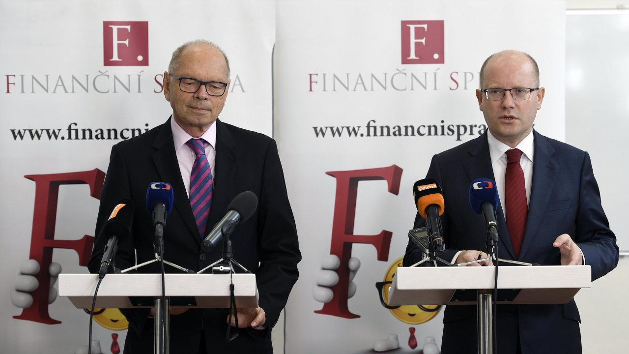 Premiér Bohuslav Sobotka (vpravo) a ministr financí Ivan Pilný.