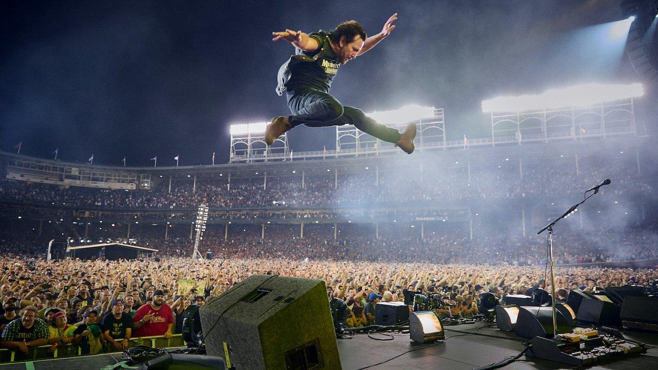 Na snímku z koncertu Pearl Jam na stadionu Wrigley Field je zpěvák Eddie Vedder.