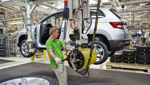 Poptávka po autech značky Škoda je vysoká, automobilka nestíhá vyrábět.