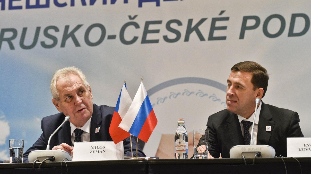 Prezident ČR Miloš Zeman vystoupil v Jekatěrinburgu na česko-ruském podnikatelském fóru. Vpravo je gubernátor Sverdlovské oblasti Jevgenij Kuvašev.